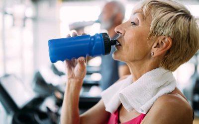 Come bere più acqua e 10 motivi per cui farlo (soprattutto dopo i 40)